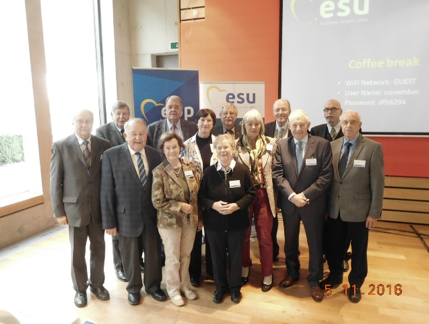 Right: the German Congress delegates with the Vice-presidents Dr. Gabriele Peus-Bispinck and Elke Garczyk, who is also deputy chair of the CSU Seniors' Union in Bavaria (2nd row from left), as well as the deputy Federal chairman of the CDU Seniors' Union, Claus Bernhold (3rd from right).