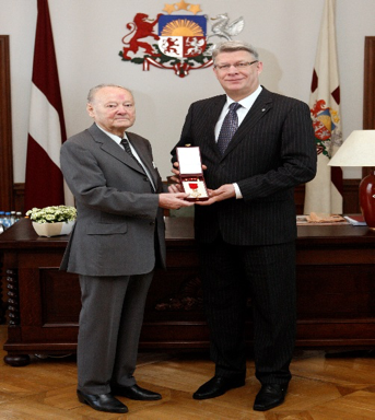 2010: Atis Homka received the Viersturs-Orden from Valdis Zatlers, President of Latvia