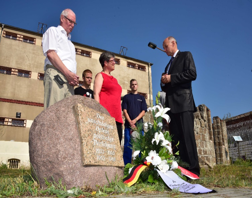 In the former penitentiary Cottbus, the MRZ maintains a memorial centre, in which all victims of political persecution between 1933 and 1989 are remembered, Janusz Marszalek from Poland visited it on the World Day of Peace in 2015, (our picture).